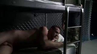 couché dans sa cellule